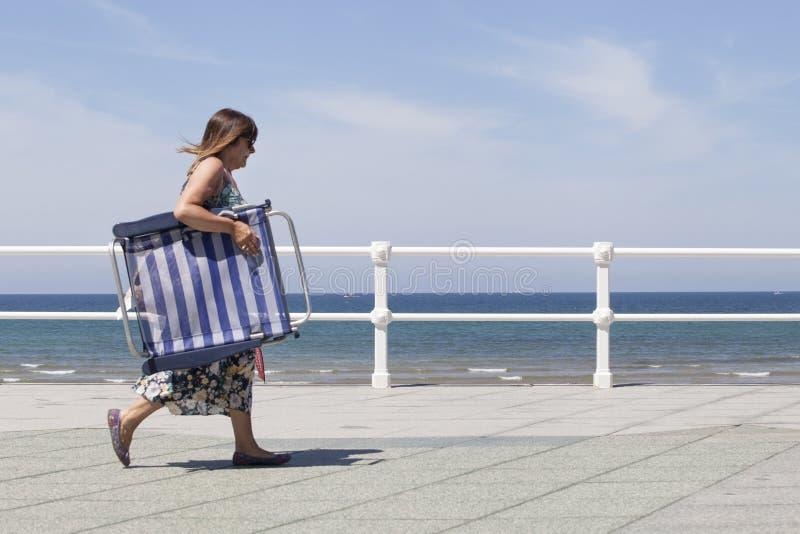 Kvinnan går på sjösida av Gijón fotografering för bildbyråer
