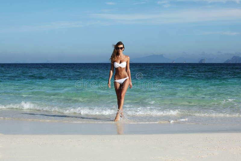 Kvinnan går till stranden royaltyfri fotografi