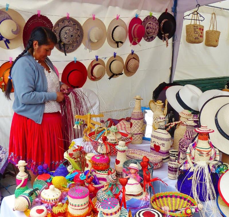 Kvinnan gör och säljer souvenir som göras från toquillasugrör, Ecuador royaltyfria foton