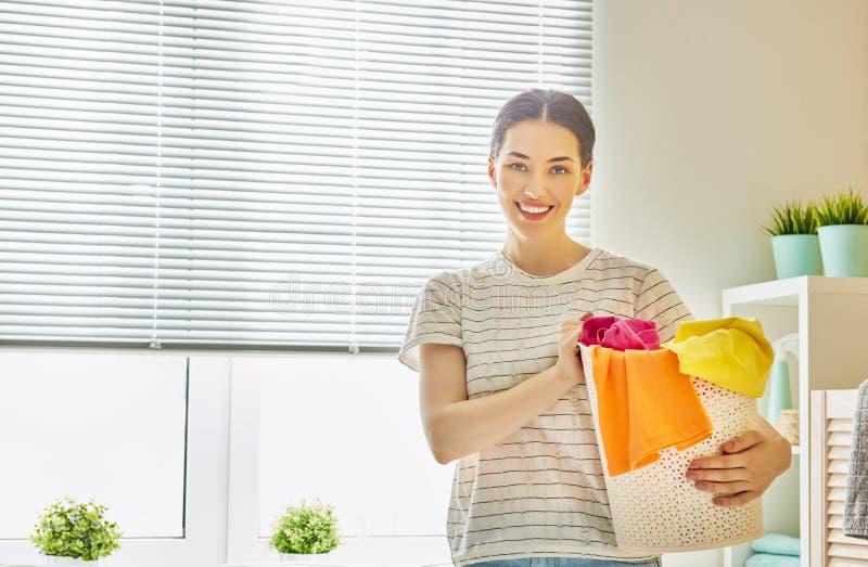 Kvinnan gör tvätterit royaltyfri fotografi