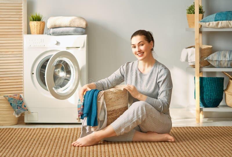 Kvinnan gör tvätterit royaltyfria foton