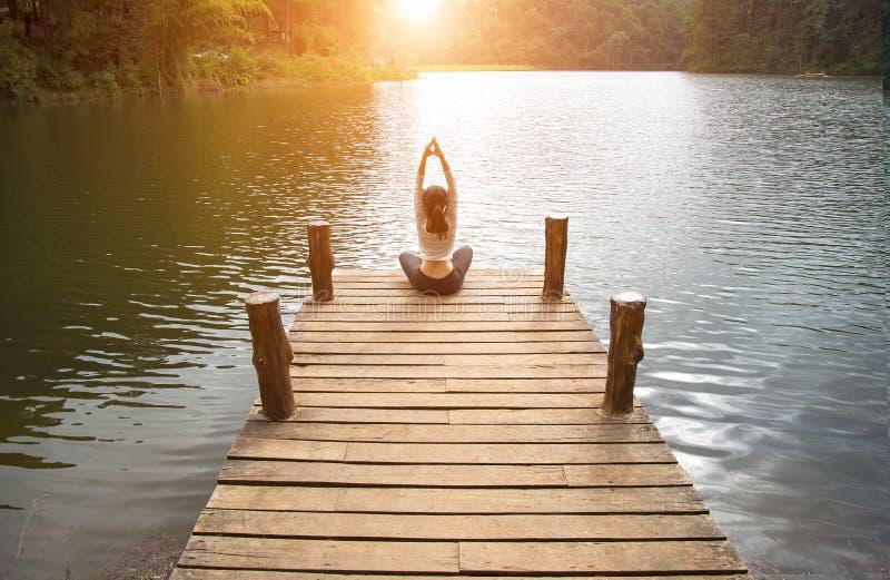 Kvinnan gör utomhus- yoga öva kvinnayoga royaltyfria foton