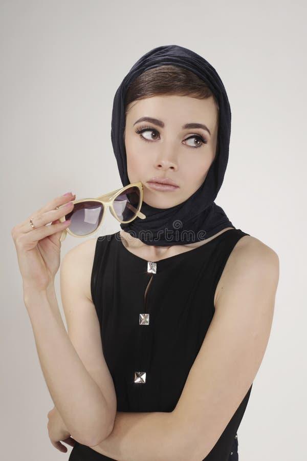 Kvinnan gillar Audrey Hepburn royaltyfria foton