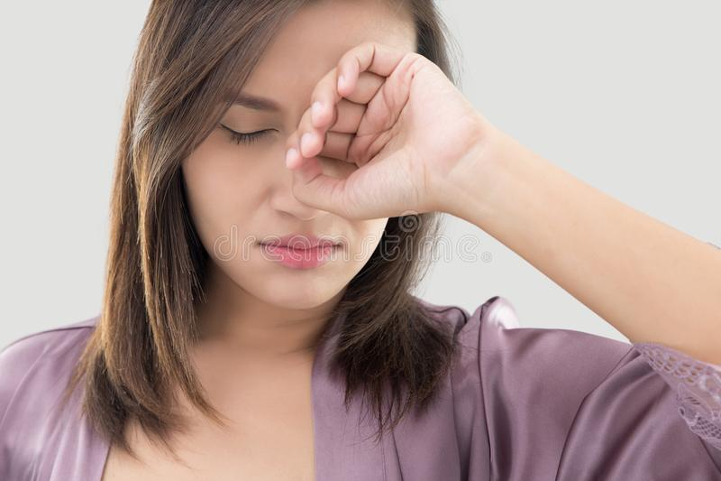 Kvinnan gnider hennes öga med ett finger royaltyfria foton
