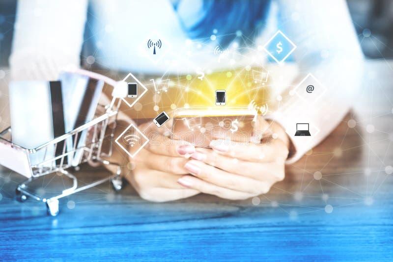 Kvinnan hade genom att använda den smarta telefonen för teknologi för att shoppa direktanslutet med kreditkorten arkivbild