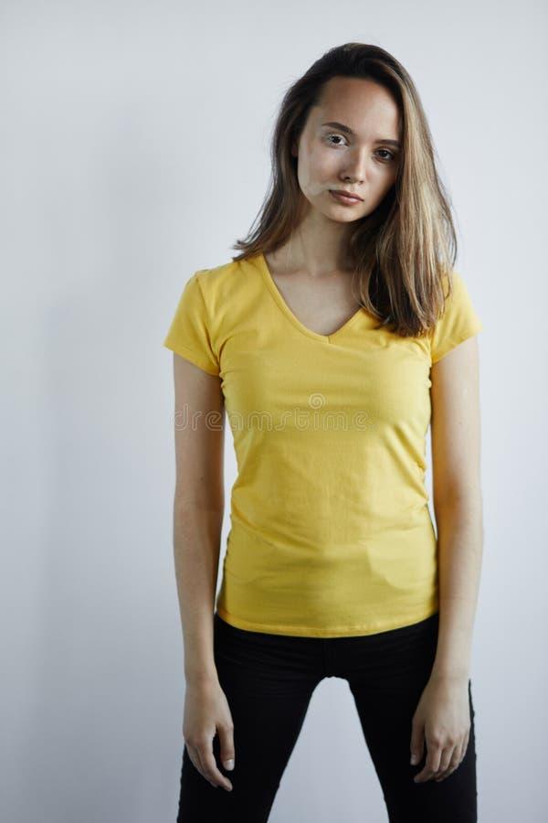 Kvinnan har fläckar, därför att hon har arbetat med bestämda kemiska vikter arkivbilder