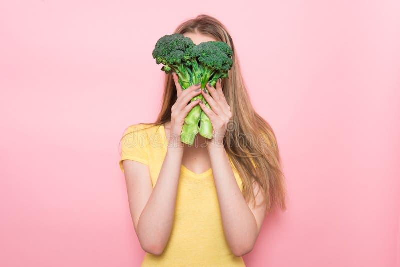 Kvinnan har gyckel som rymmer denfria organiska gröna grönsaken Sunt näringmatbegrepp royaltyfri foto