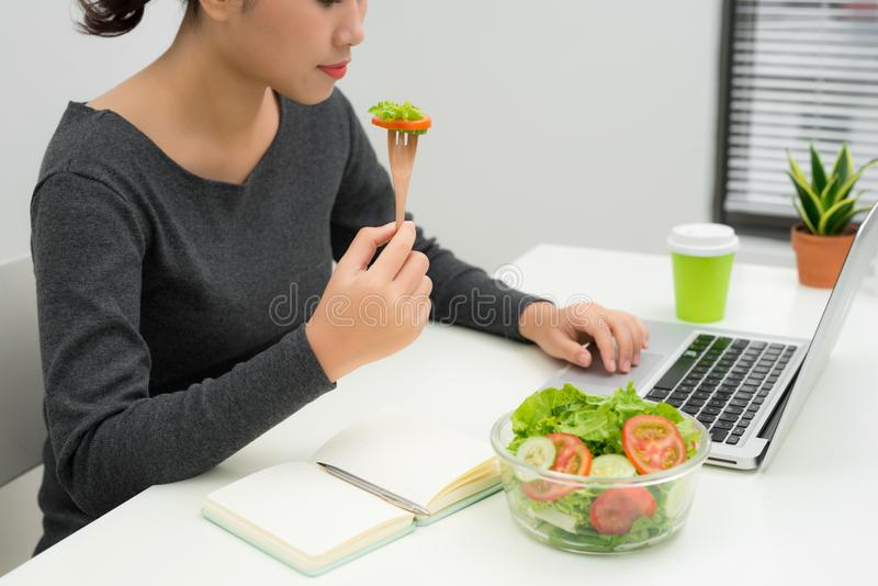 Kvinnan har sund affärslunch i modern kontorsinre Youn arkivbild
