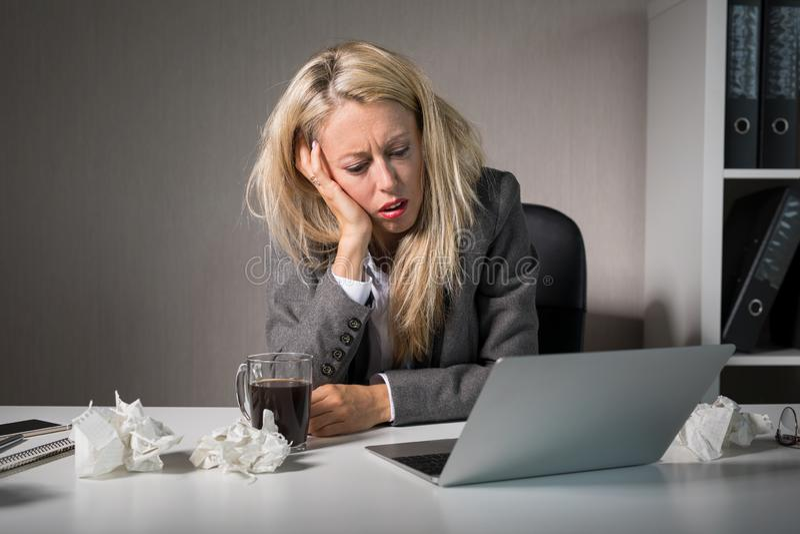 Kvinnan hatar hennes jobb royaltyfria bilder