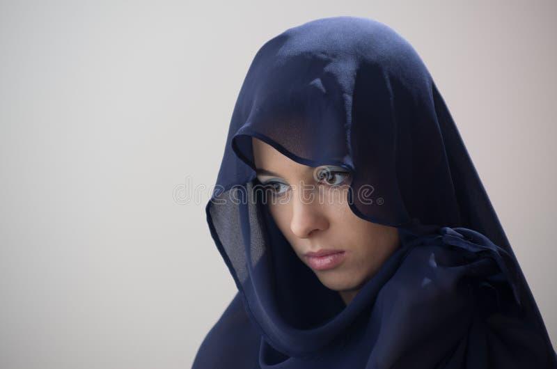 Kvinnan i blått skyler royaltyfri foto