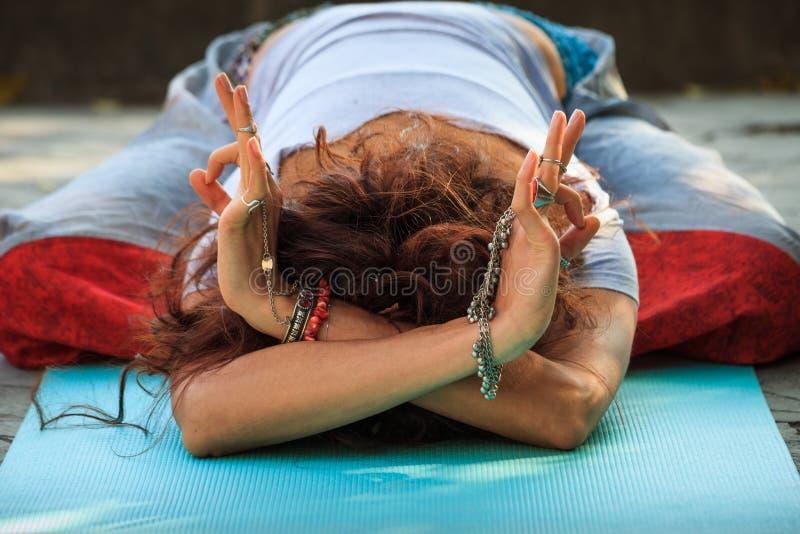 Kvinnan i childe poserar balasana med händer i guyan mudrages för yoga royaltyfri fotografi