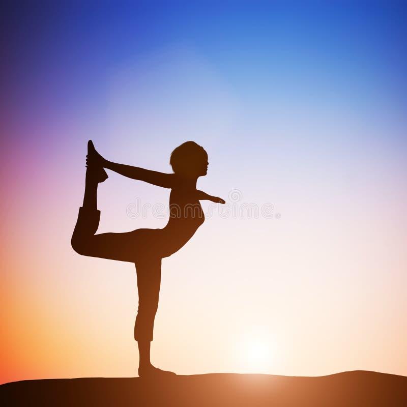 Kvinnan i dansareyogan poserar att meditera på solnedgången zen stock illustrationer
