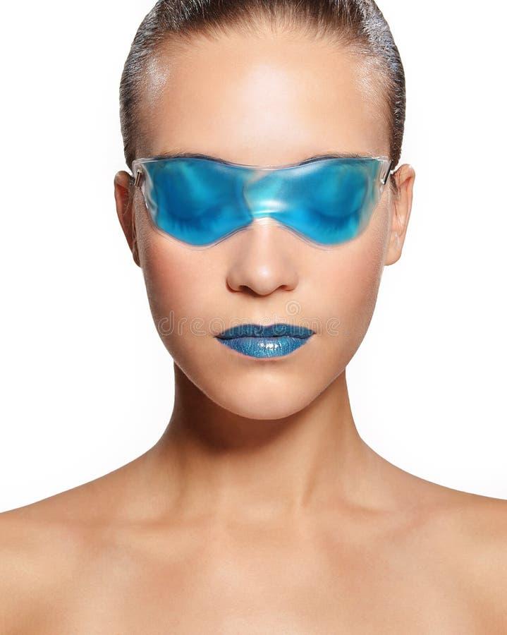 Kvinnan i en blått stelnar maskeringen royaltyfria bilder