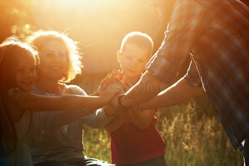 Kvinnan i en fåtölj har gyckel med hennes make, och två barn parkerar in arkivbild