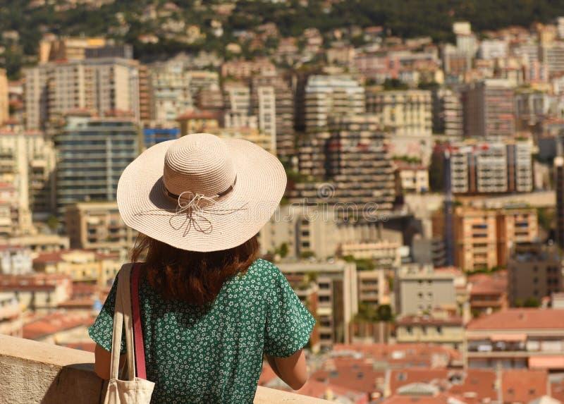 Kvinnan i en hatt ser fastigheten Monaco och Beausoleil arkivfoto