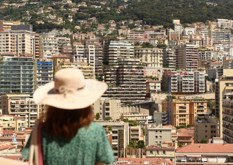 Kvinnan i en hatt ser fastigheten Monaco och Beausoleil arkivbilder