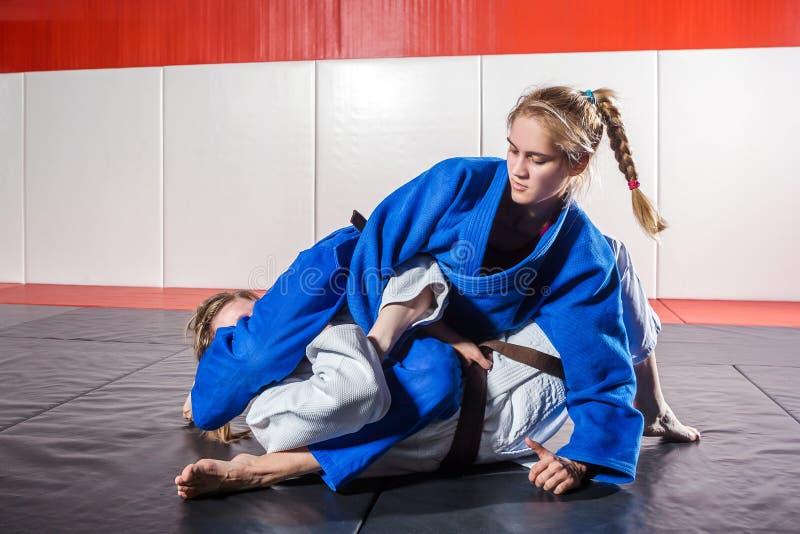 Kvinnan i en kimono gör ett smärtsamt royaltyfri bild