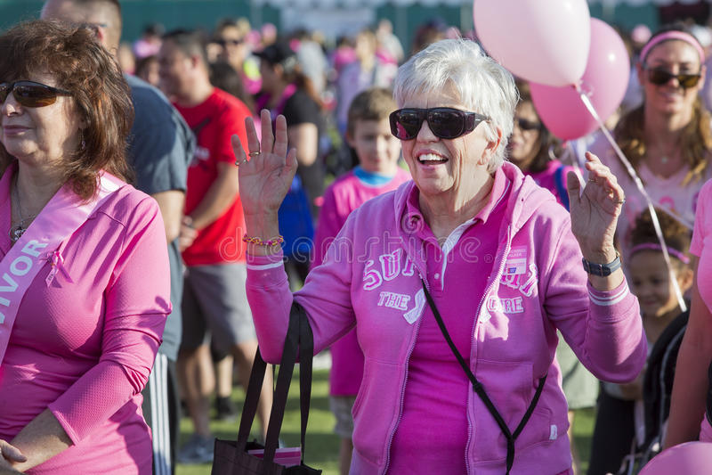 Kvinnan i folkmassa före bröstcancer går royaltyfria foton
