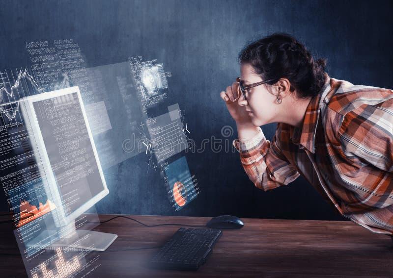 Kvinnan i framsida till datoren royaltyfria bilder