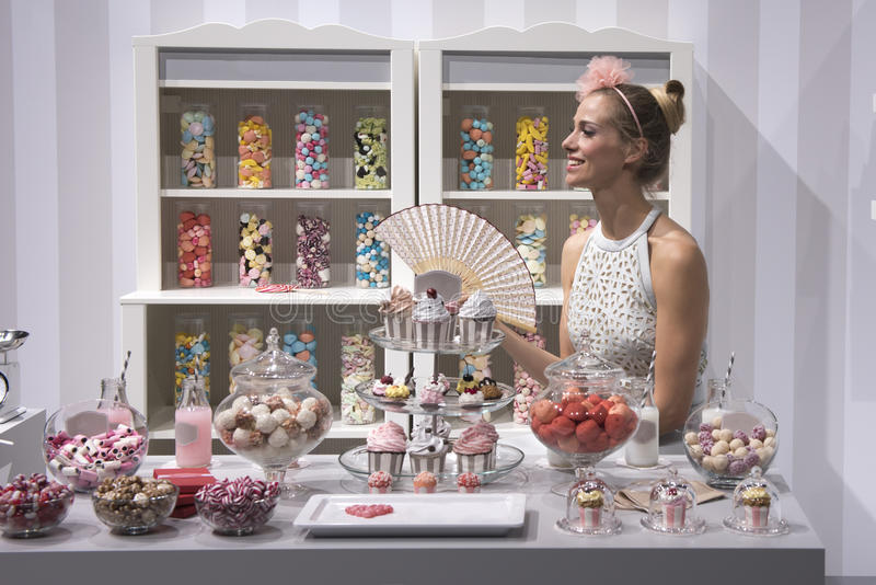 Kvinnan i godis shoppar arkivbilder