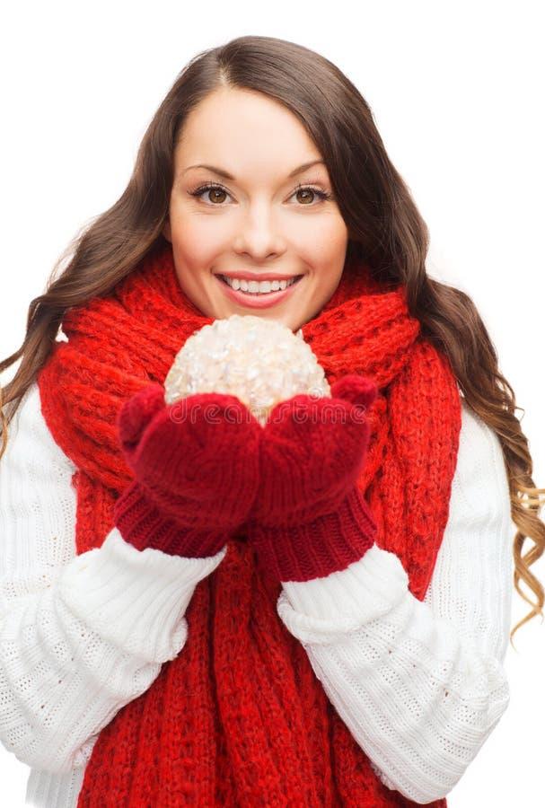 Kvinnan i halsduk och tumvanten med jul klumpa ihop sig arkivbild