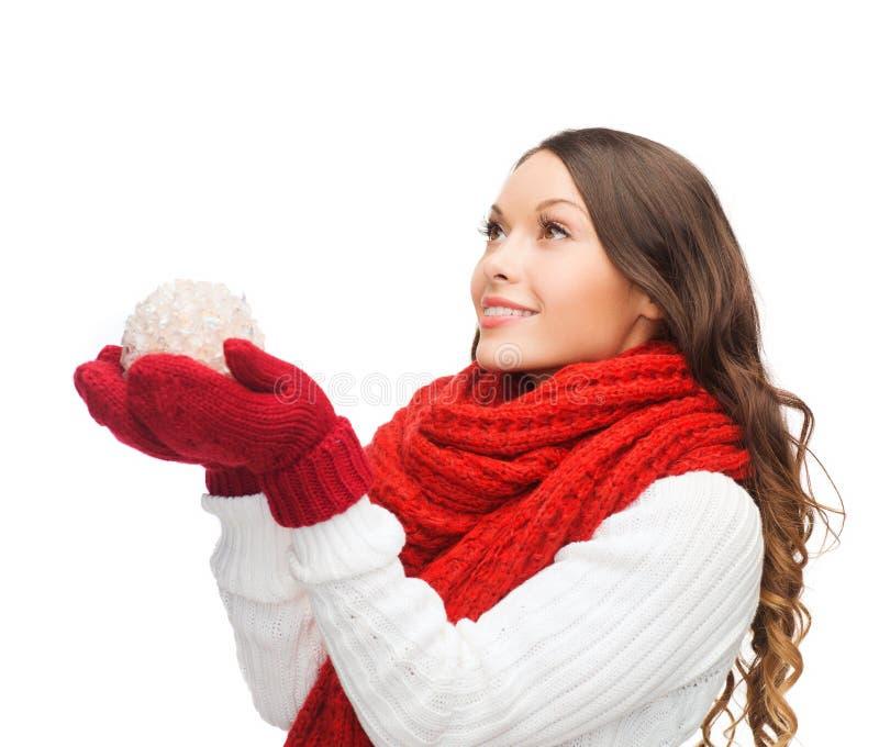 Kvinnan i halsduk och tumvanten med jul klumpa ihop sig royaltyfria foton