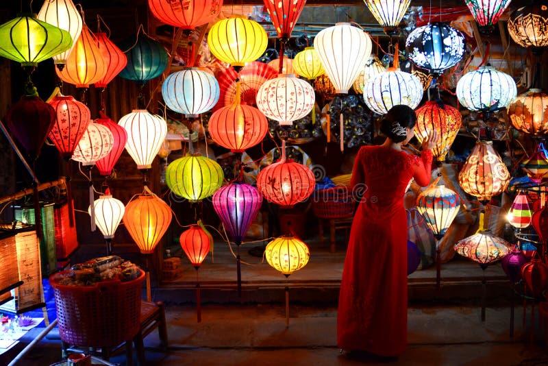 Kvinnan i handcrafted lyktor shoppar Peka av interst i Vietnam vietnam arkivfoto