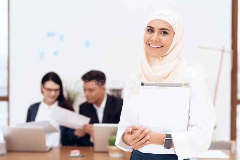 Kvinnan i hijaben står i appellmitten royaltyfri bild