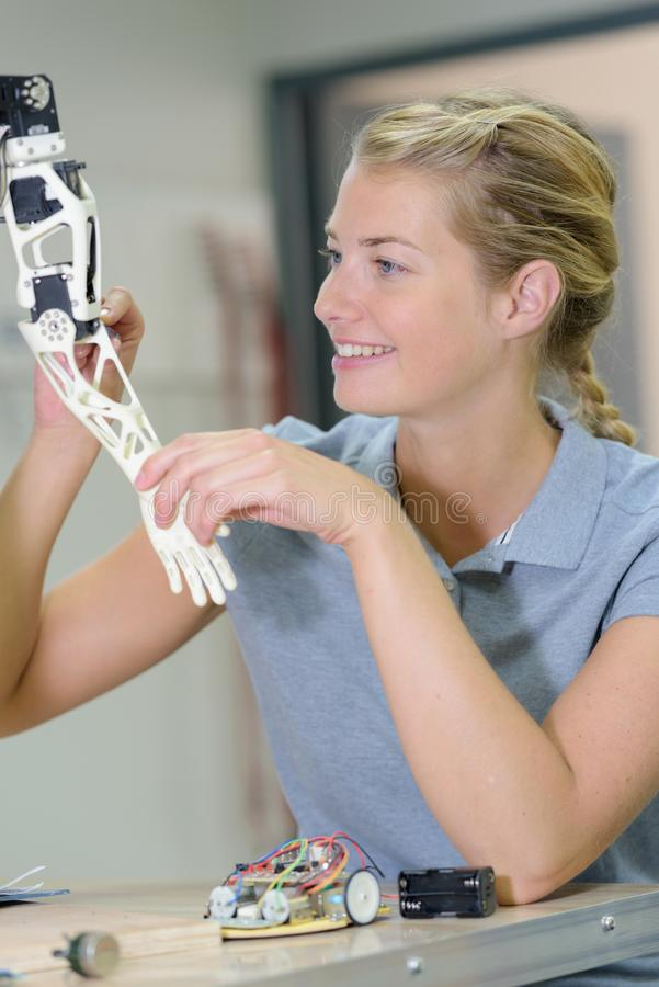 Kvinnan i laboratoriumrobotar testar mikrokontrolleren f?r fel royaltyfria bilder
