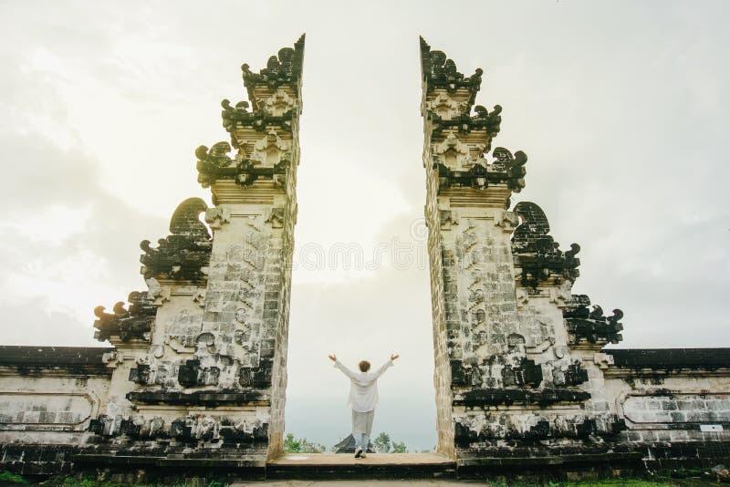 Kvinnan i ljus kläder med hennes armar som lyfts upp, symboliserar frihet royaltyfri bild