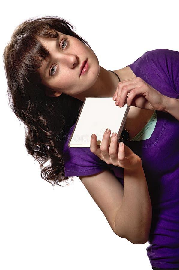 Kvinnan i purpurfärgade skjortahåll förbigår CD räkningen arkivbild