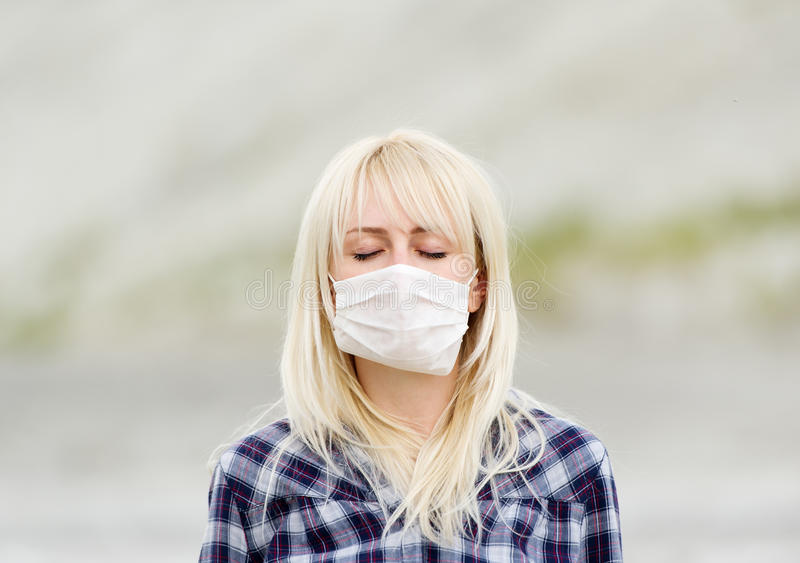 Kvinnan i respirator Skydd mot virus royaltyfria bilder