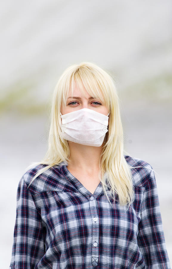 Kvinnan i respirator Skydd mot virus arkivbild