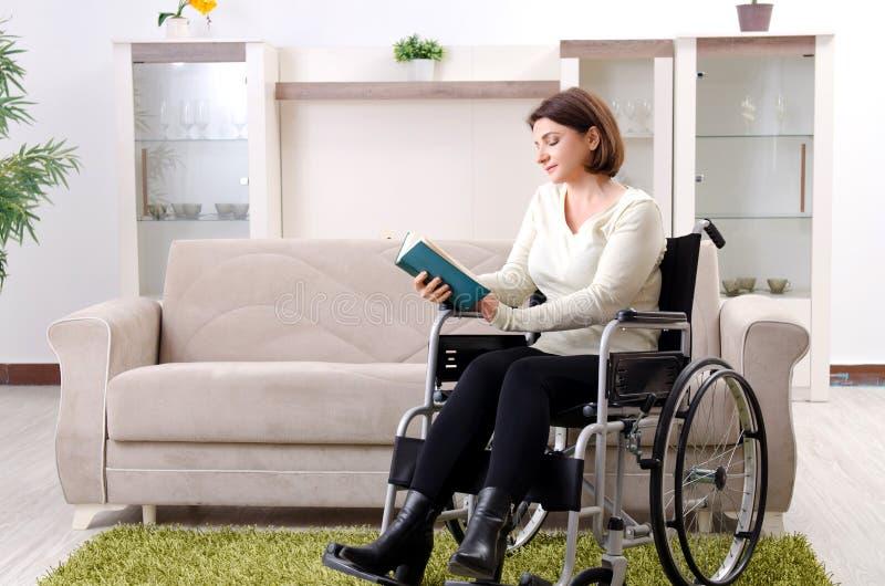 Kvinnan i rullstol hemma royaltyfria foton