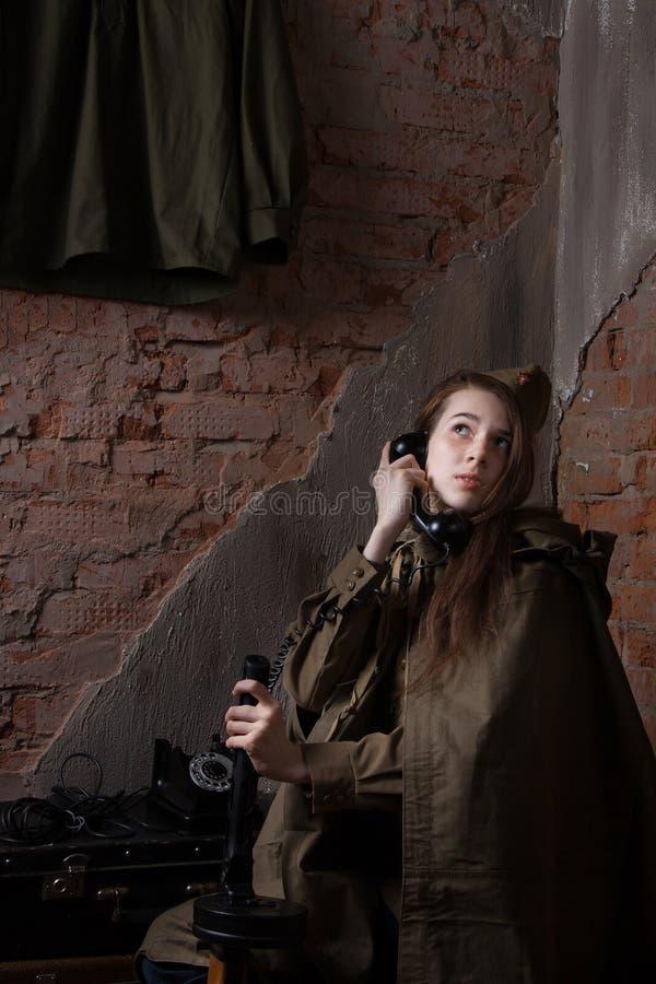 Kvinnan i rysk militär likformig talar på telefonen Kvinnlig soldat under det andra världskriget arkivfoton