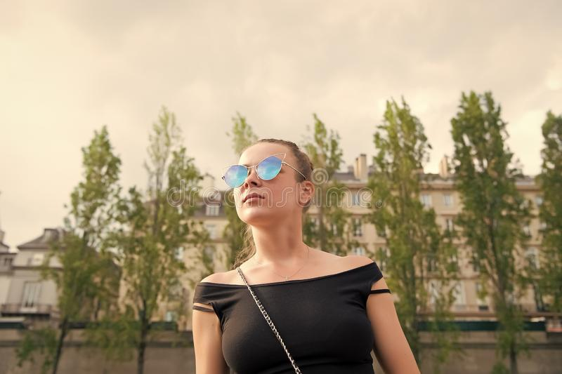 Kvinnan i sexigt tilldelar paris, Frankrike Sinnlig solglasögon för kvinnakläder på cityscape Reslust eller semester och resa royaltyfri bild