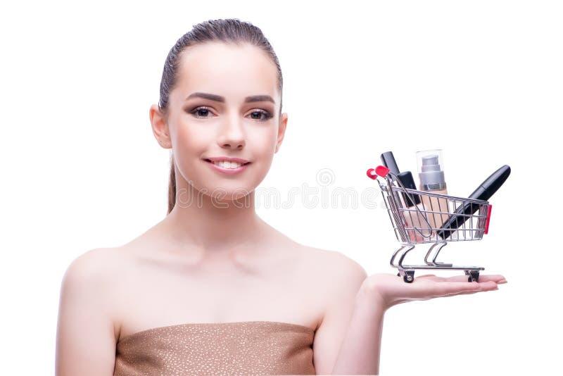 Kvinnan i skönhetbegrepp med den hållande shoppingvagnen för smink arkivfoton