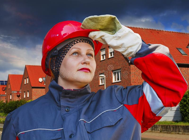 Kvinnan i skyddande funktionsduglig kläder arbets- skydd fotografering för bildbyråer