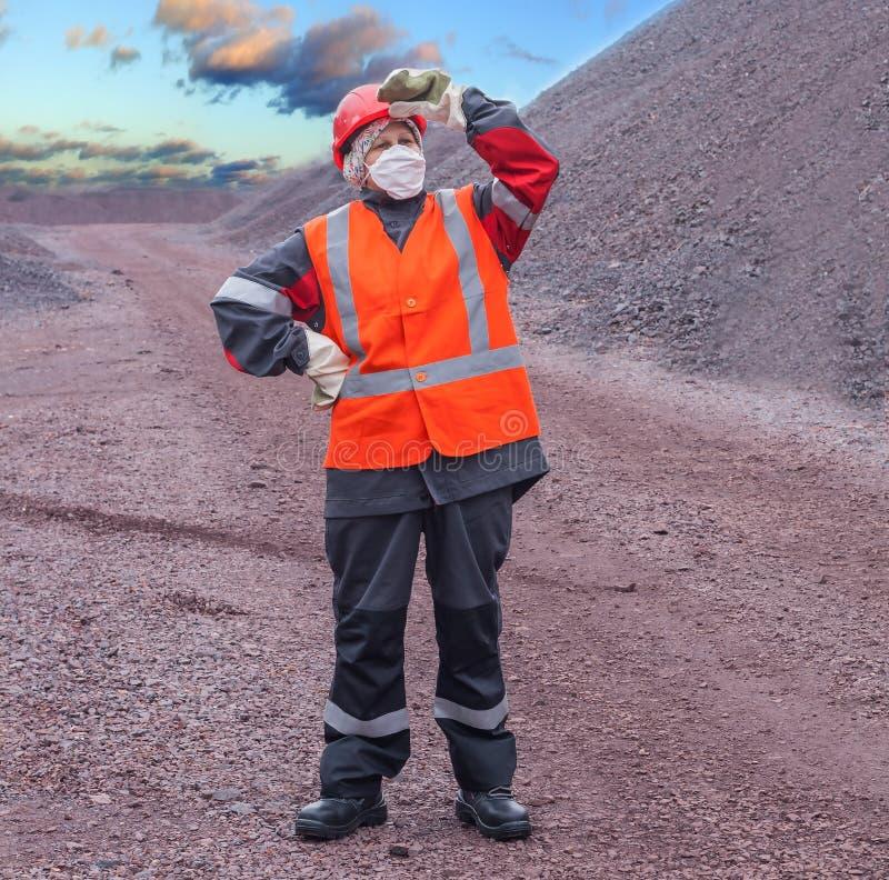 Kvinnan i skyddande funktionsduglig kläder arbets- skydd arkivbilder