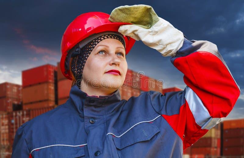 Kvinnan i skyddande funktionsduglig kläder arbets- skydd Under konstruktion arkivbilder