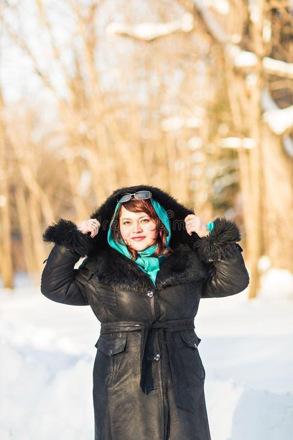 Kvinnan i vintern parkerar royaltyfri bild