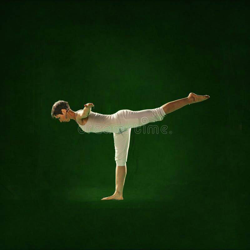 Kvinnan i Yoga placerar Bagavath royaltyfri foto