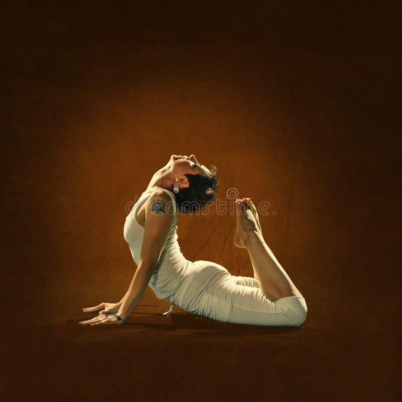 Kvinnan i Yoga placerar Hamsa arkivbilder