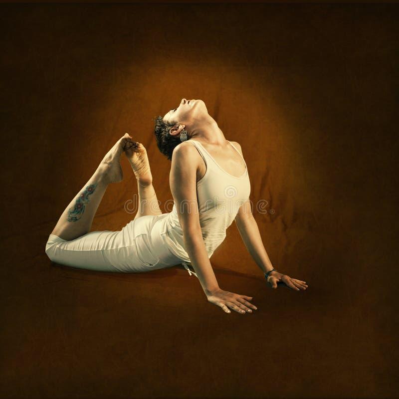 Kvinnan i Yoga placerar Hamsa royaltyfri fotografi