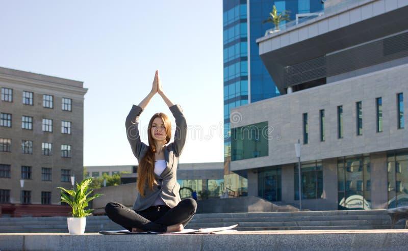Kvinnan i yoga poserar royaltyfri foto