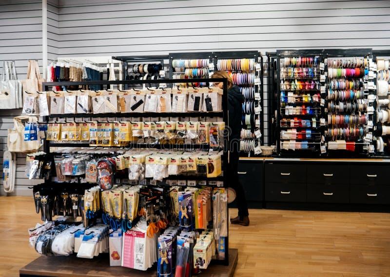 Kvinnan inom textillagertyg shoppar arkivbild