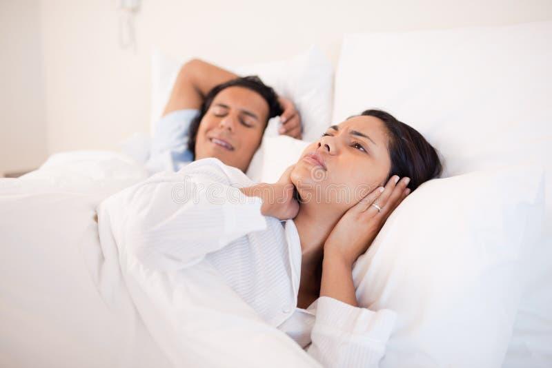 Kvinnan kan inte sova bredvid henne den snarka pojkvännen