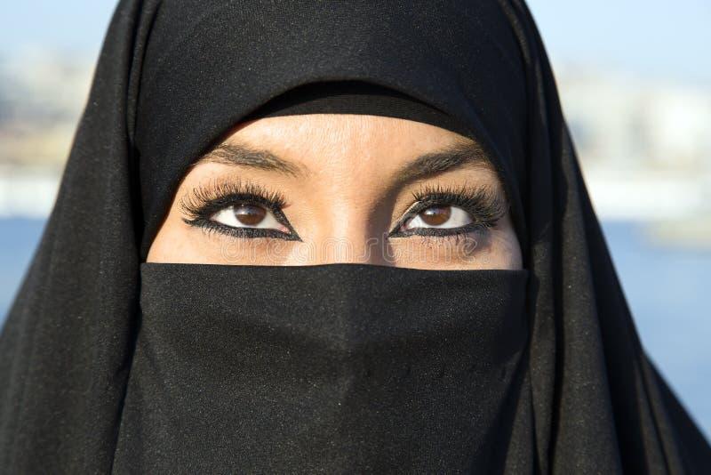 Kvinnan klädde med den svarta sjaletten, chador på den istanbul gatan, kalkon royaltyfri fotografi