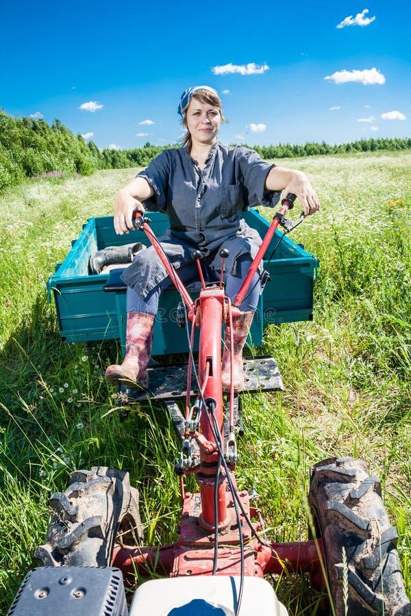 Kvinnan kontrollerar rorkulten fotografering för bildbyråer