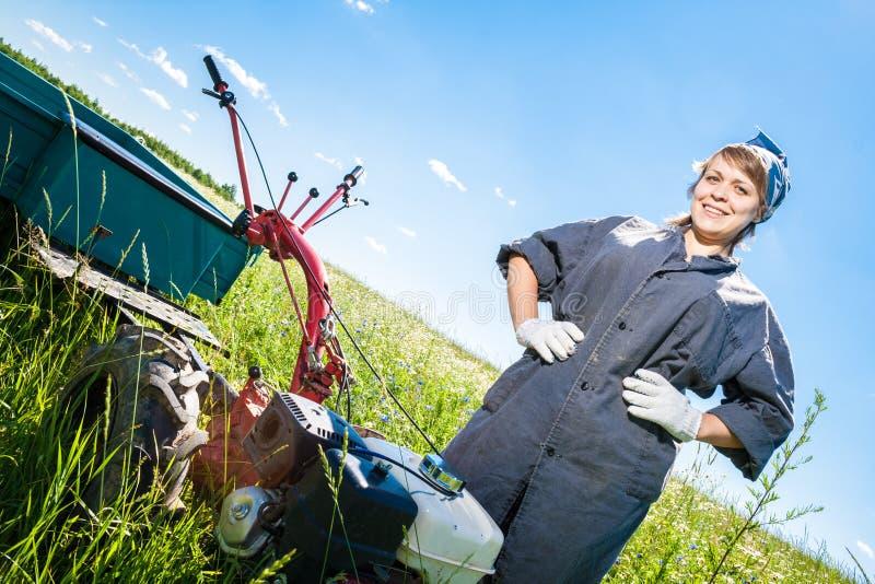 Kvinnan kontrollerar rorkulten royaltyfria foton